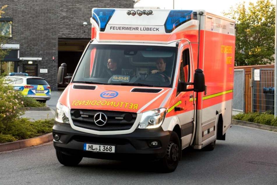 Mit einem Rettungswagen wurde der Feuerwehrmann in ein Krankenhaus gefahren, wo er schließlich starb.