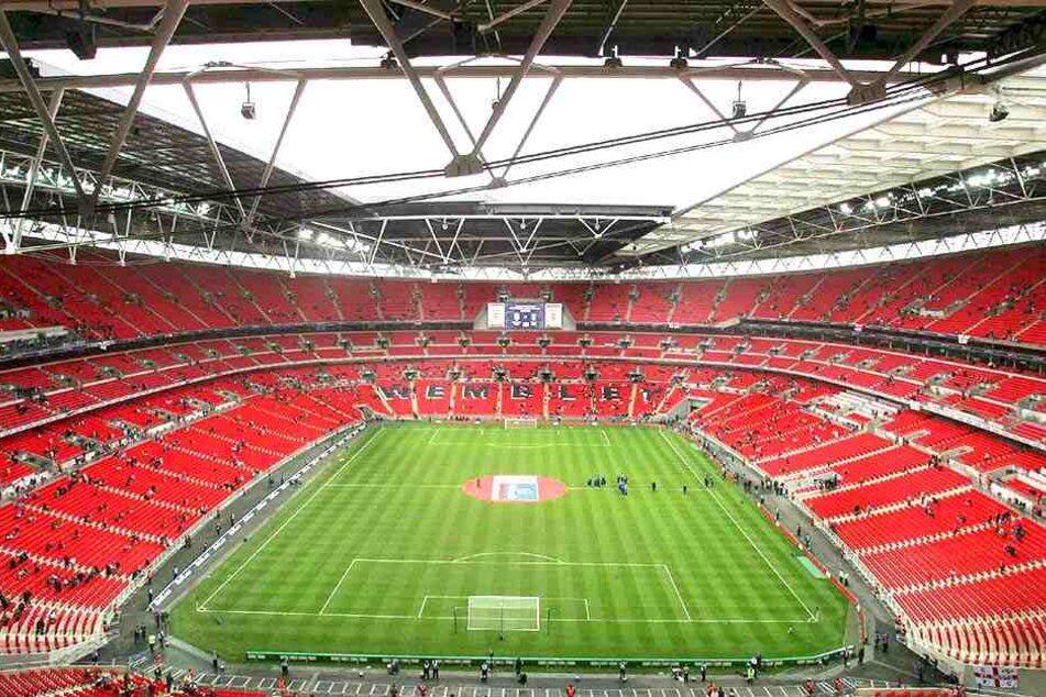 """Im Wembley-Stadion laufen die """"Three Lions"""" auf. Ein Kicker der englischen Nationalmannschaft soll die Vaterschaft zu einem bei einem Seitensprung gezeugten Kind verleugnen."""