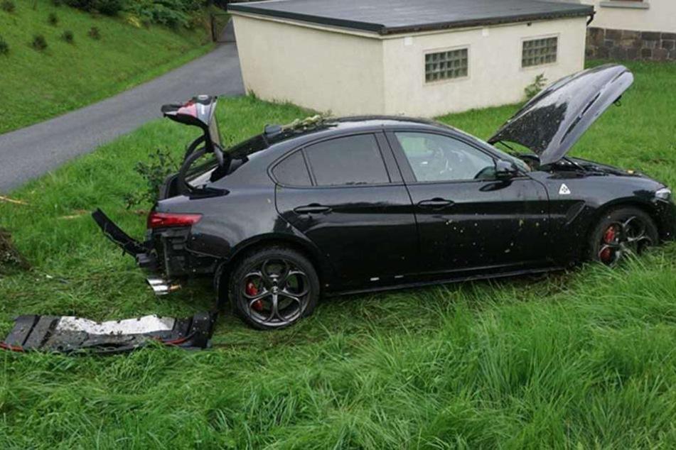 Der Alfa Romeo wurde bei dem Unfall krass beschädigt, der Schaden dürfte in die Zehntausende Euro gehen.