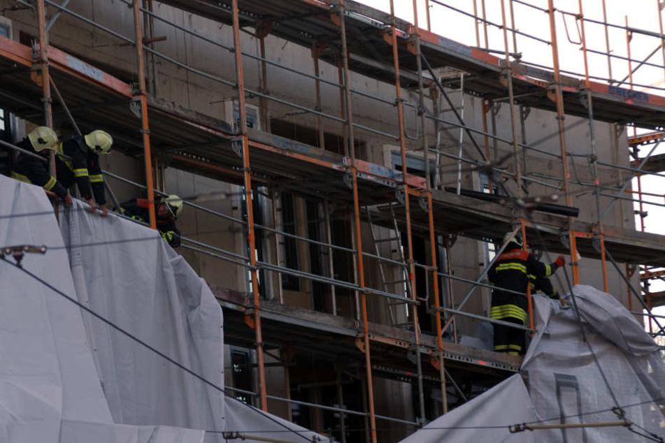 Die Feuerwehr Erfurt musste die Plane vom Gebäude entfernen.