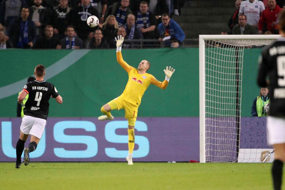 Der Ausgleich: Bakery Jatta hebt den Ball mit einer Bogenlampe über den weit vor dem Kasten stehenden Péter Gulácsi hinwegen zum überraschenden 1:1 ins Tor.