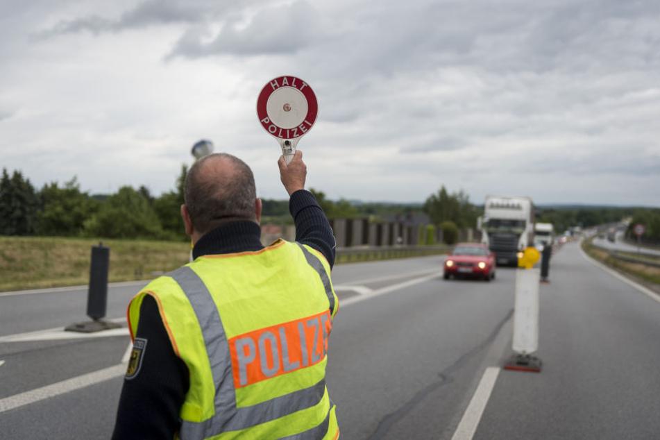 Bis zu 40 Minuten mussten die Autofahrer bei der Einreise nach Sachsen zeitweilig warten.