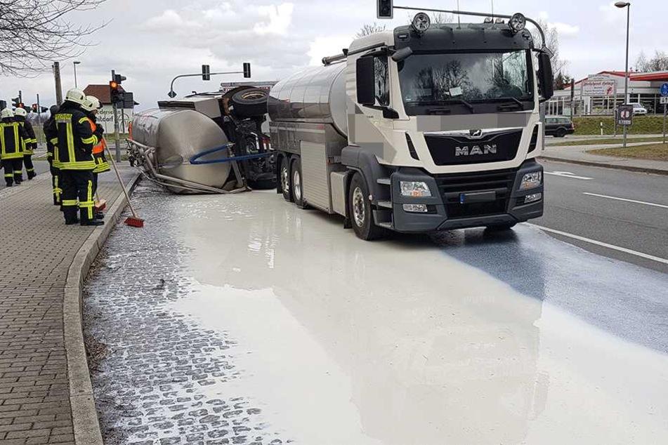 Tausende Liter Milch laufen aus umgekipptem Lkw-Anhänger aus: B6 droht zum Abend Vollsperrung