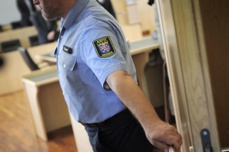 Noch am tatort wurde der 44-Jährige von der Polizei festgenommen (Symbolfoto).