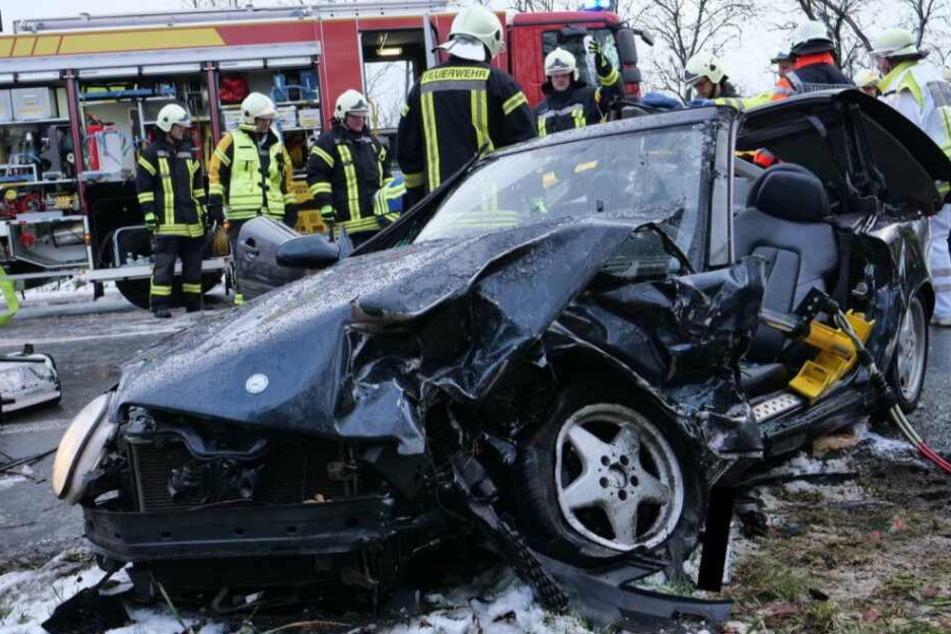 Autos knallen frontal auf glatter Straße zusammen: Fahrer eingeklemmt