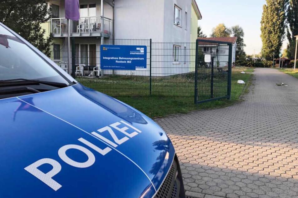 Ein Polizeifahrzeug steht vor der Obdachlosenunterkunft in Rostock.
