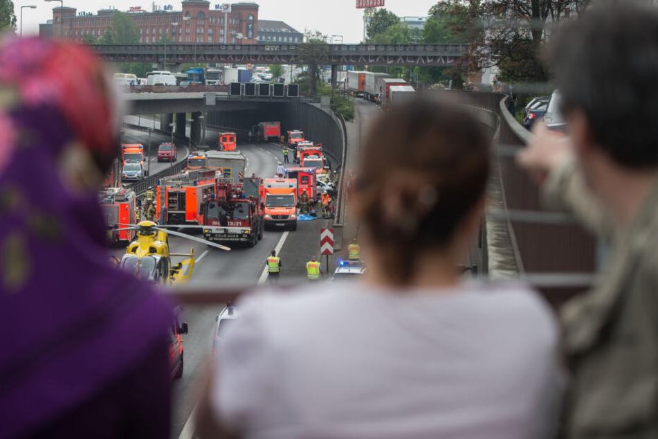 Unfälle ziehen Schaulustige an, die die Arbeit der Retter behindern können. (Archivbild)