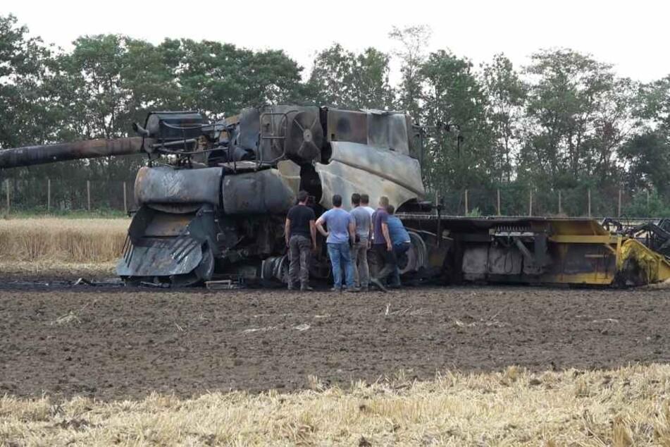 Feuer hinterlässt Schrott-Ungetüm auf Acker: Autobahn gesperrt!
