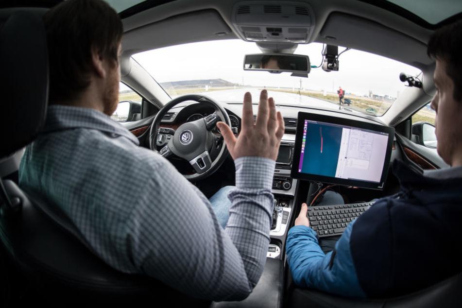 Forscher der RWTH Aachen in einem selbstfahrenden Auto.