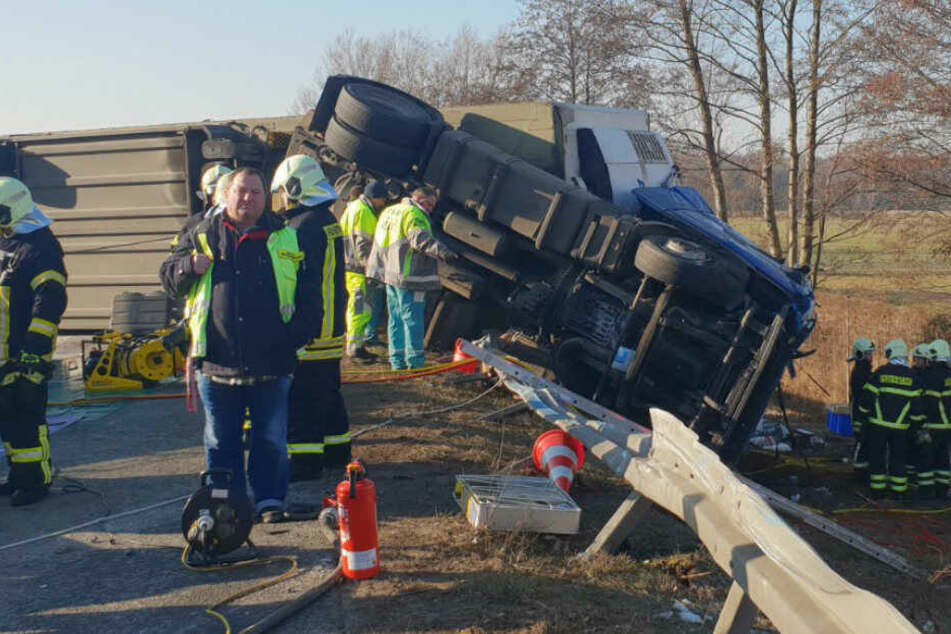 Heftiger Unfall auf Autobahn! Lkw kracht in Schilderwagen und kippt um