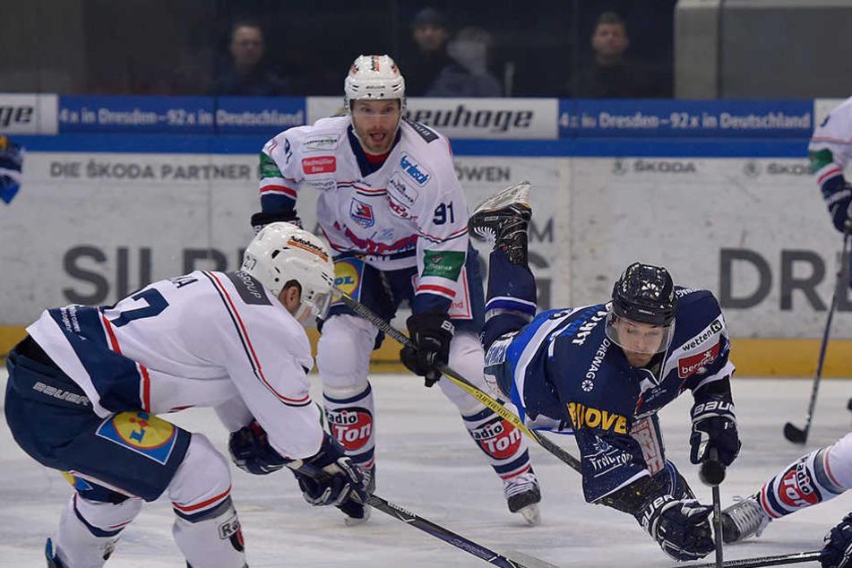Bezeichnend! Die Heilbronner Falken brachten am Dienstag nicht nur wie hier Eislöwen-Stürmer Marius Garten zu Fall, sondern sein ganzes Team.