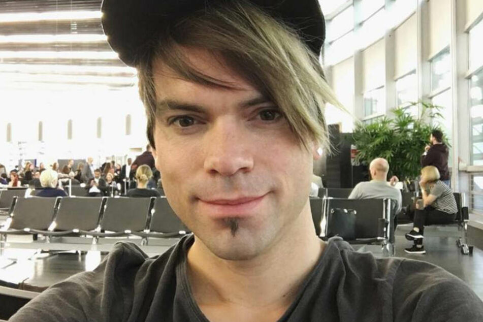 Chris sitzt ganz alleine am Flughafen! Was hat er vor?