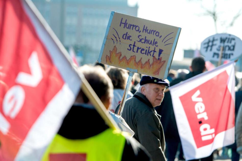 Am Dienstag werden mehr als 8000 Streikende zu einer Kundgebung vor dem Landtag in Düsseldorf erwartet (Symbolbild).