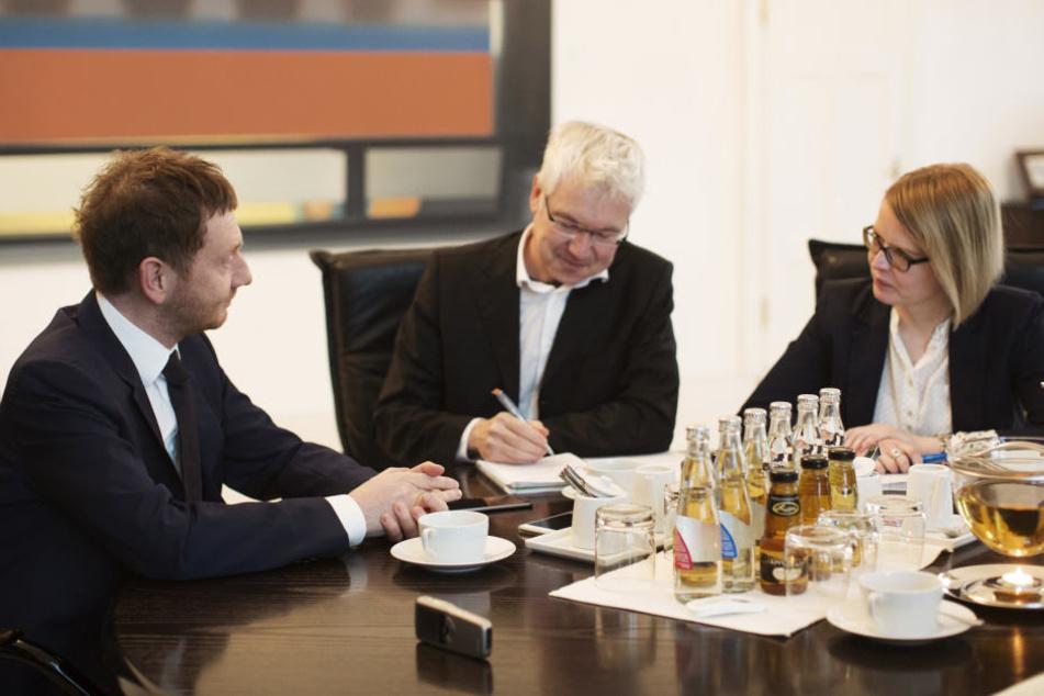 Die Politik-Redakteure Juliane Morgenroth und Torsten Hilscher befragen MP Kretschmer (l.).