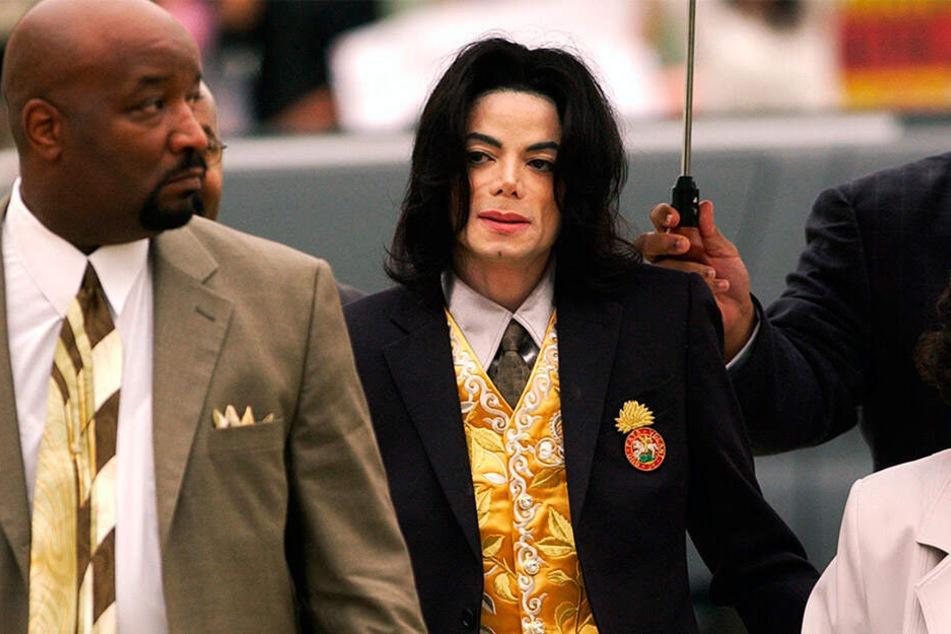 2005 wurde Jacko vor Gericht von dem Missbrauchsvorwürfen freigesprochen.