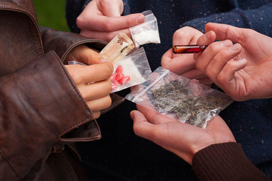 In der Wohnung der Dealer fanden die Beamten jede Menge Gras und Kokain.