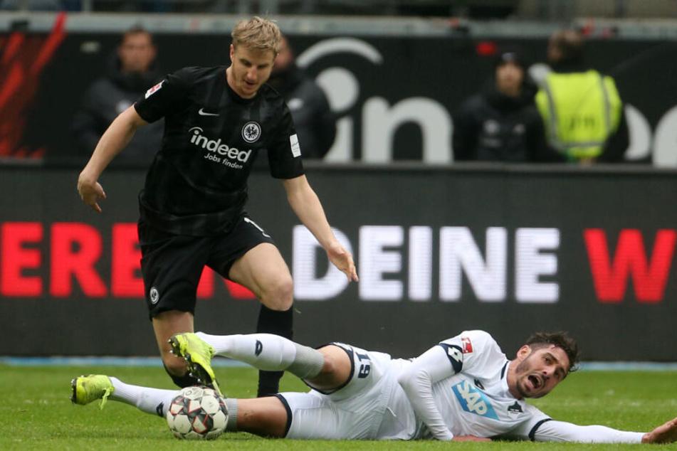 Ist sich auch nicht zu schade, Defensivarbeit für das Pressingspiel der Hoffenheimer zu erledigen: Ishak Belfodil (grätschend).