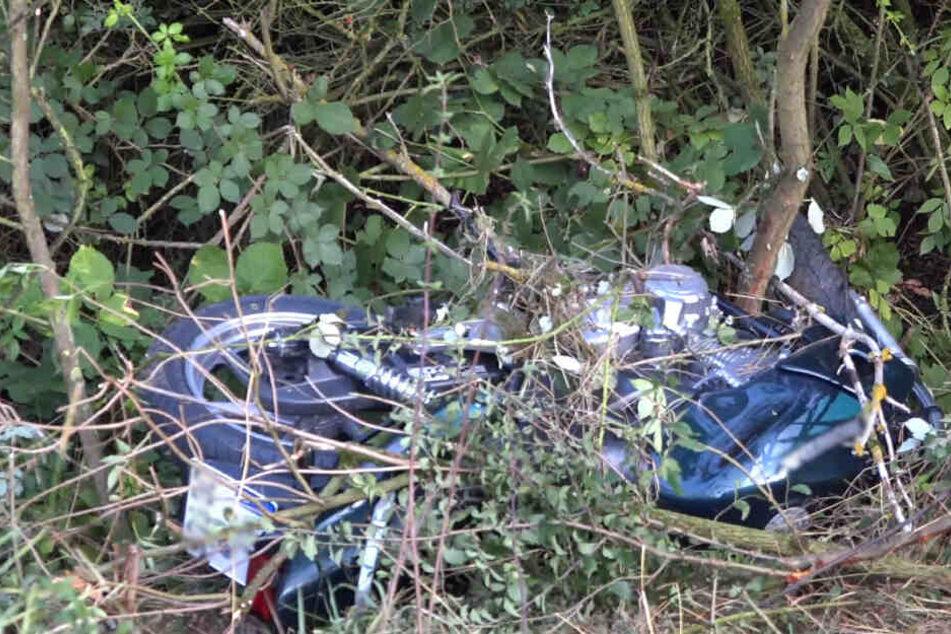 Das Motorrad landete im Gebüsch.