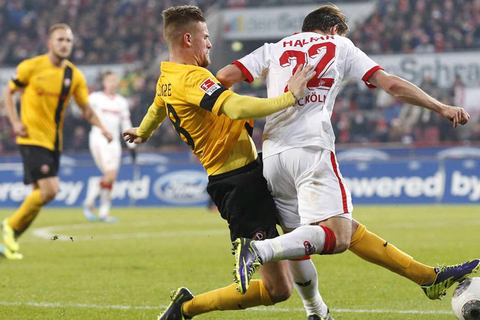 Dynamos letzter Auftritt beim 1. FC Köln datiert vom 13. Dezember 2013. Hier trennt Tobias Kempe (l.) Daniel Halfar vom Ball.