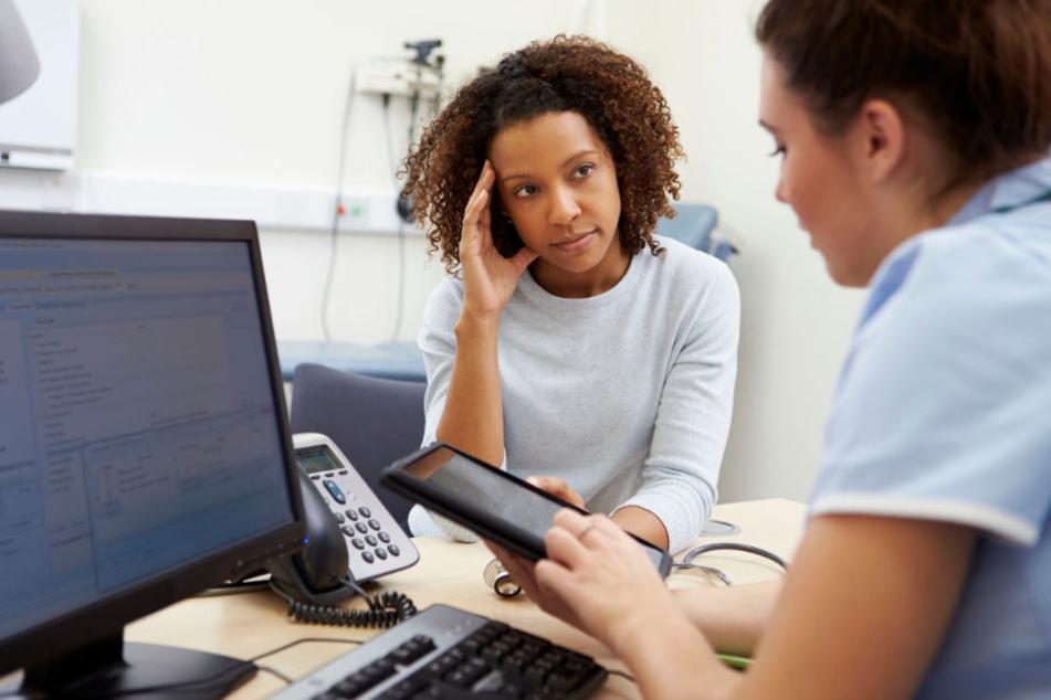 Nach dem Arztbesuch informieren sich viele Bundesbürger noch zu ihrem Befund im Internet. (Symbolbild)