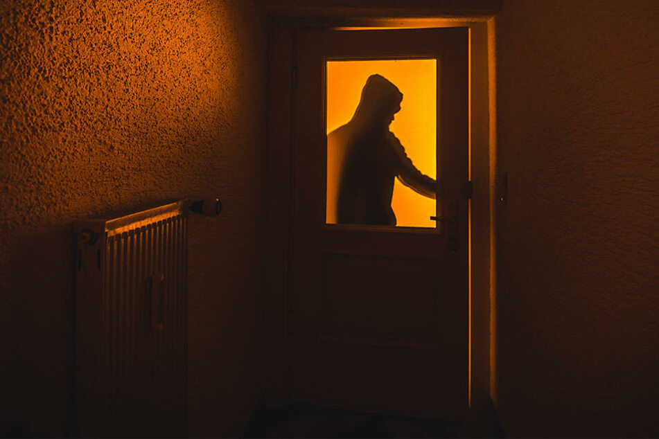 Einbrecher knackt Wohnungstür und bleibt über Nacht
