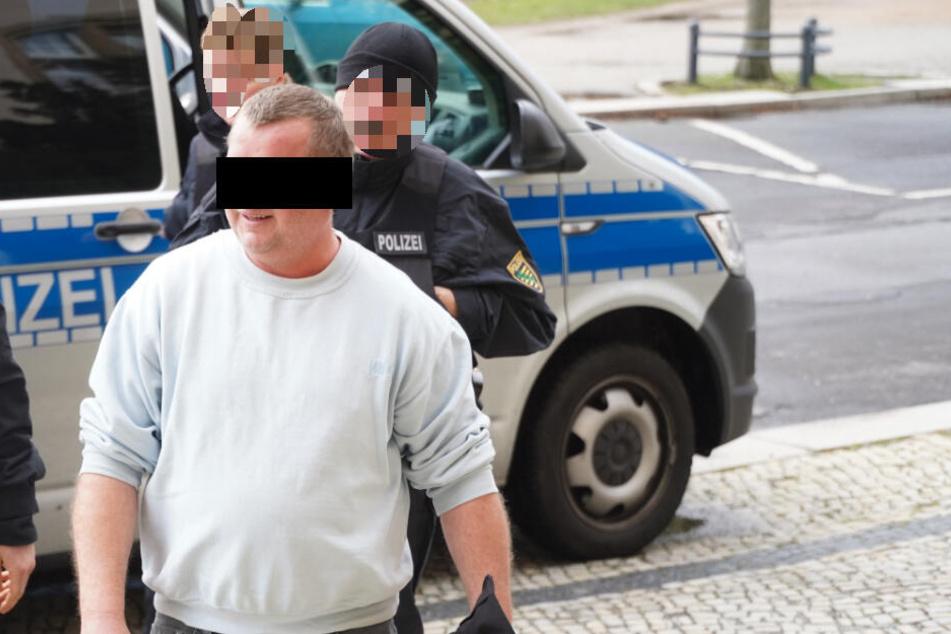 Der Angeklagte musste von der Polizei ins Gericht gebracht werden.