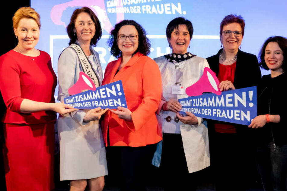 Franziska Giffey (SPD, l-r), Katarina Barley (SPD), Bundesjustizministerin, Andrea Nahles, SPD-Parteivorsitzende, Maria Noichl, Mitglied des Europäischen Parlaments, Gaby Bischoff (SDP), und Delara Burkhardt.