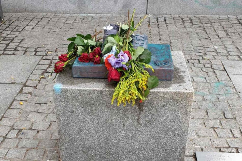 Von der Statue sind nur noch die Schuhe geblieben. Unbekannte legten Blumen auf die Reste.