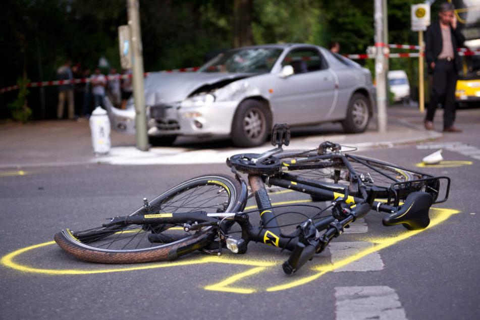 Der Fahrradfahrer starb noch am Unfallort. (Symbolbild)