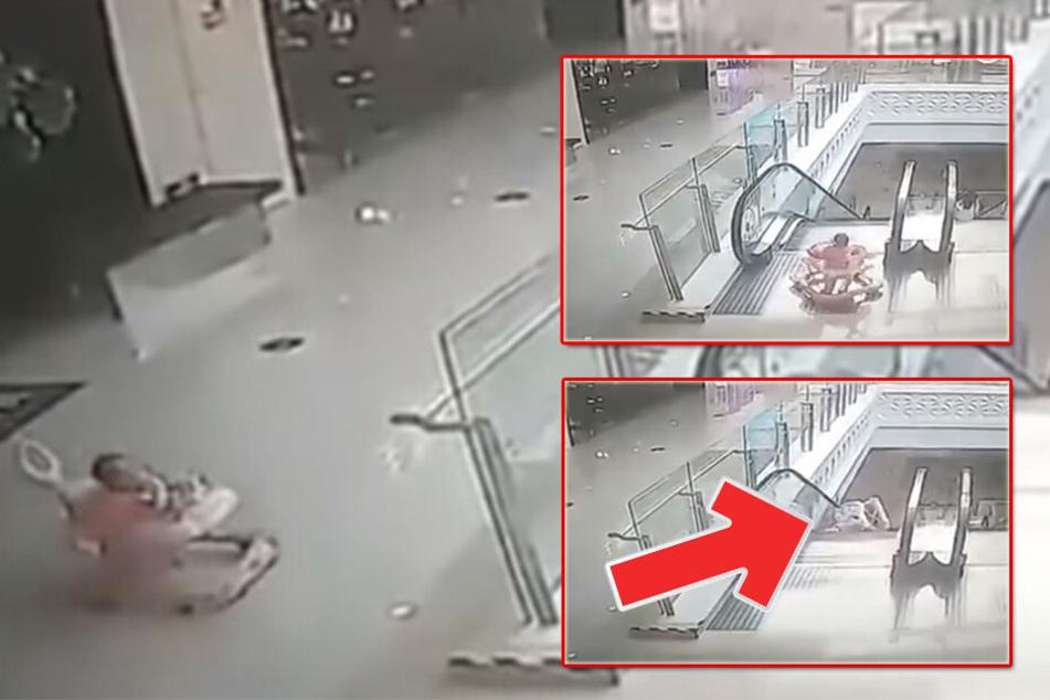 Schockmoment! Neun Monate altes Baby kracht mit Laufhilfe Rolltreppe runter