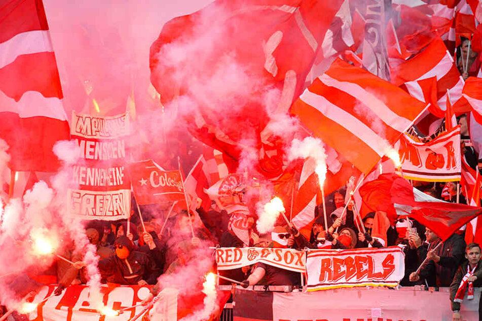 Pyro-Show der Bayern-Fans: Schiri schickt Teams zurück in die Kabine