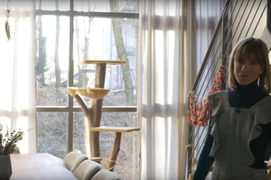 Eine große Fensterfront macht das Wohnzimmer gemütlich.