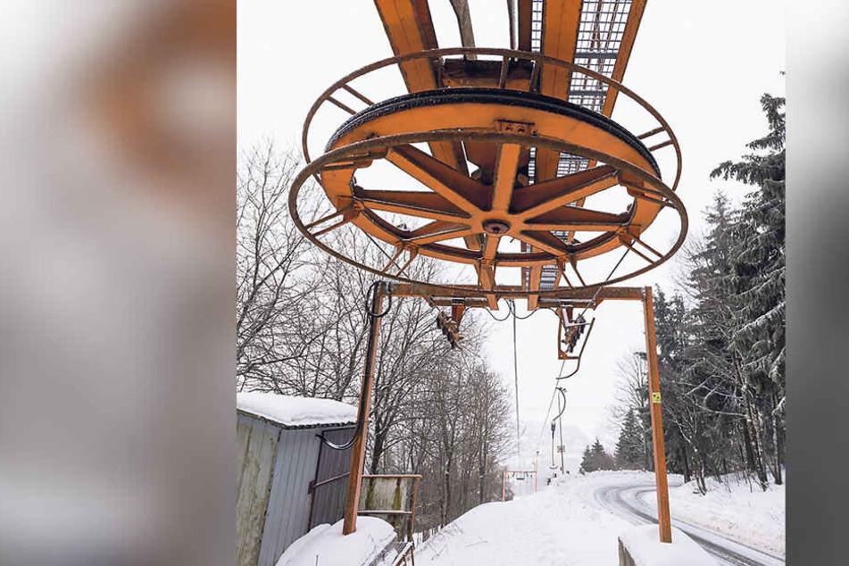 Nur einen Steinwurf vom Luftkurort entfernt, in Bärenstein, steht der Lift still. Am Hang liegt nicht genügend Schnee.