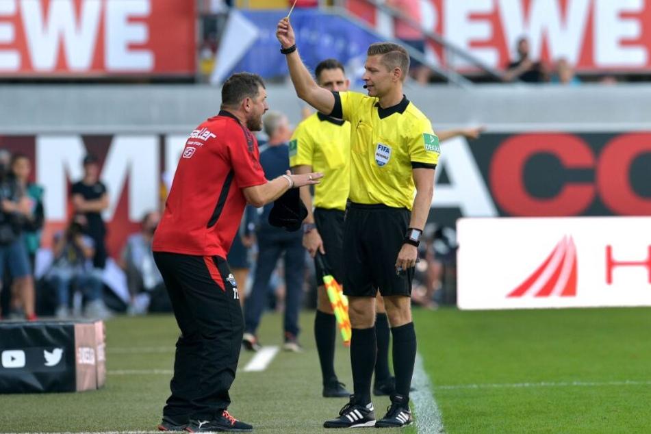Im Spiel gegen den SC Freiburg hatte SCP-Trainer Steffen Baumgart die erste Gelbe Karte in der Bundesliga-Geschichte bekommen.