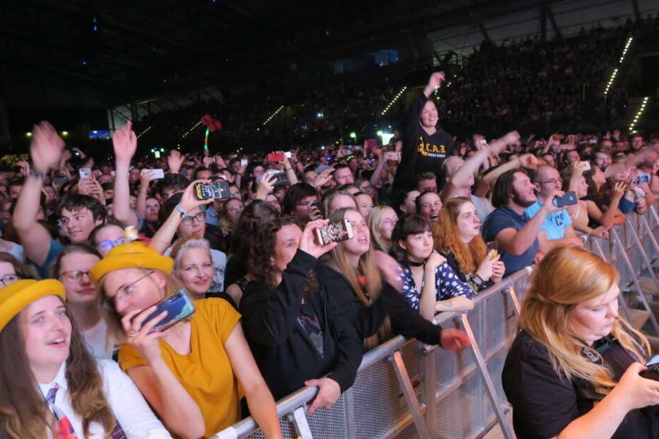 Die Fans feierten derweil euphorisch mit, tanzten, moshten und sangen jede Zeile bis zum Ende der rund zweistündigen Show.