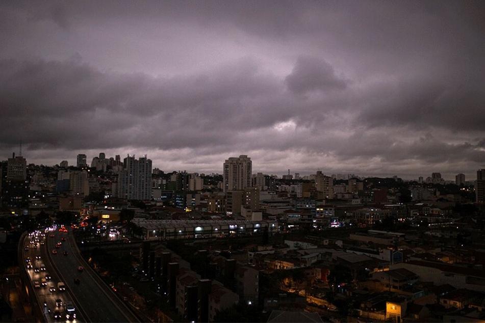In São Paulo sind Autofahrer nun auch mitten am Tag mit eingeschaltetem Scheinwerfer unterwegs. Bewohner der riesigen Stadt berichten von schwarzem Regen.