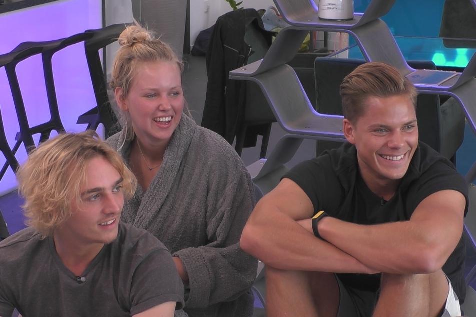 Die Augen leuchten wegen der lieben Nachrichten ihrer Fans. Tim (21), Rebecca (21) und Cedric (26) sind ganz verzückt.