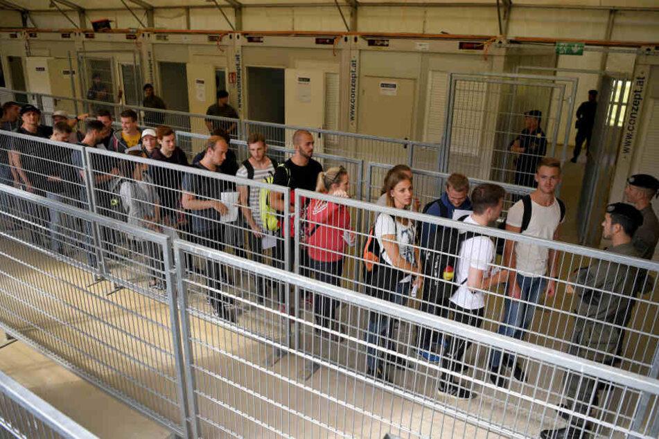 """Übungs-Darsteller stehen in einer Registrierstraße an der Grenze zu Slowenien in Rahmen der Grenzschutzübung """"Proborders""""."""