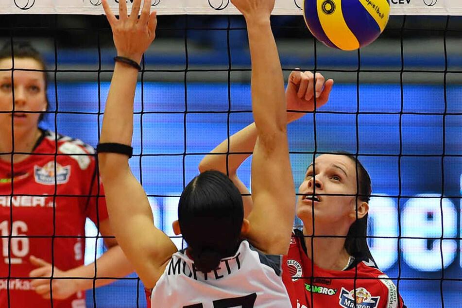 Ivana Mrdak im Angriff gegen Düdingens Sabel Moffett. Die Mittelblockerin machte 11 Punkte.