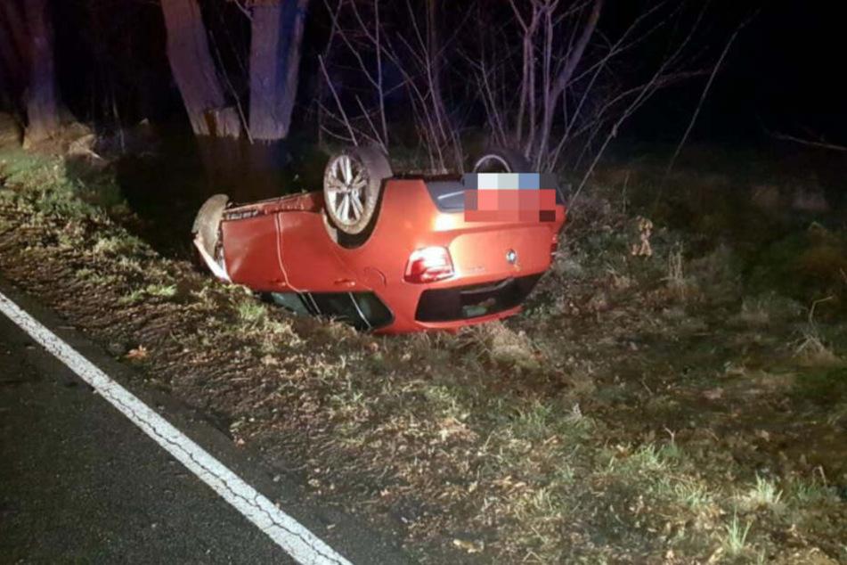 Der Wagen liegt zerbeult auf dem Dach und im Straßengraben.