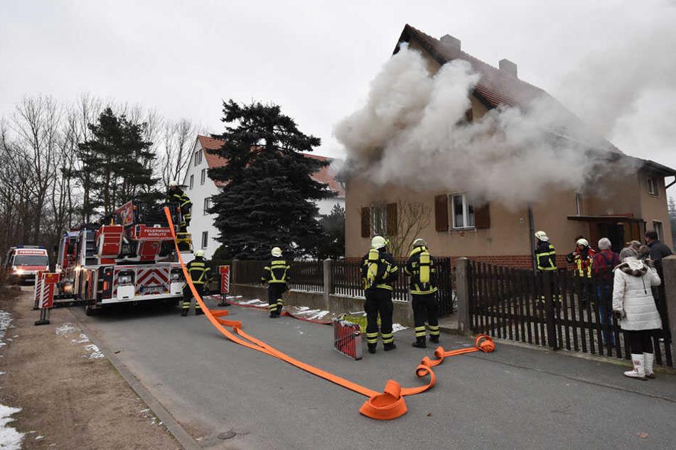 Einfamilienhaus brennt! Bewohner mit Rauchgasvergiftung im Krankenhaus