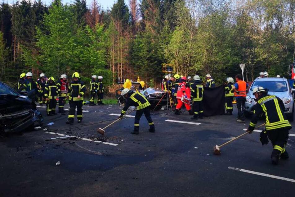 Rettungskräfte der Feuerwehr am Unfallort in Windeck.