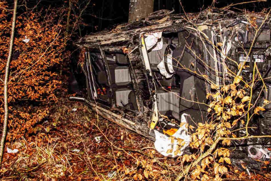 Auto überschlägt sich und kracht gegen Baum: Fahrer schwer verletzt