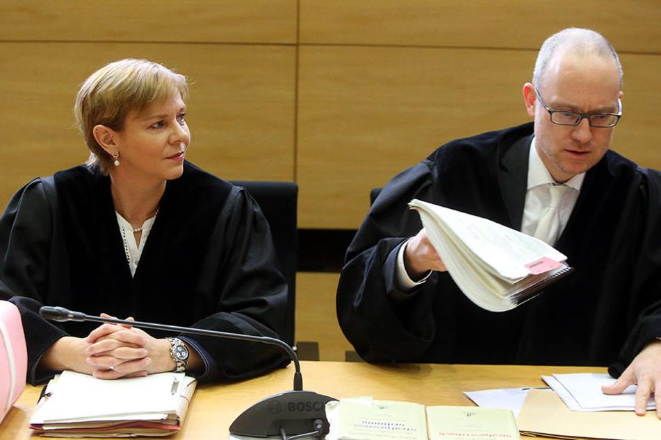 Die Verteidigung fordert eine Neubesetzung der Anklageseite. Staatsanwältin Jürgenlohmann (li.) soll zu viele Details an die Öffentlichkeit getragen haben.