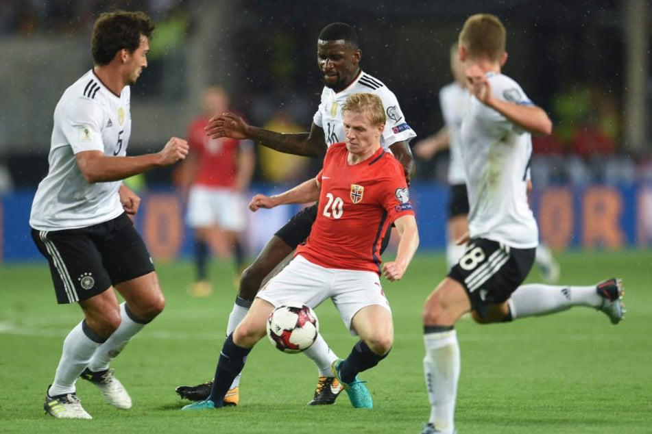 Ein Norweger sieht sich drei deutschen Nationalspielern ausgesetzt und ist chancenlos gegen die Übermacht.