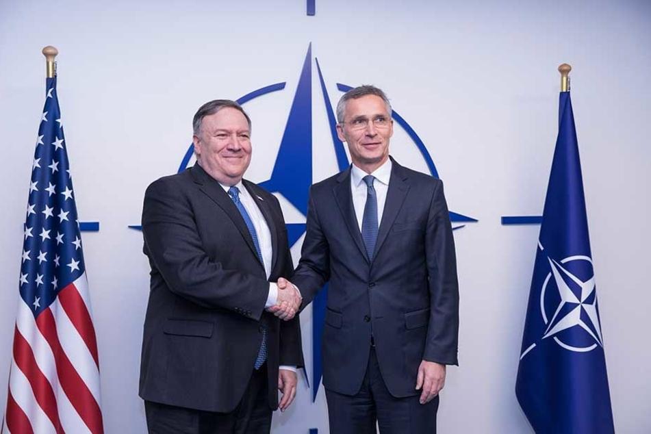 Jens Stoltenberg (r), NATO-Generalsekretär, schüttelt die Hand von Mike Pompeo, Außenminister der USA, vor einem Treffen am Rande des NATO-Außenministertreffens im NATO-Hauptquartier.
