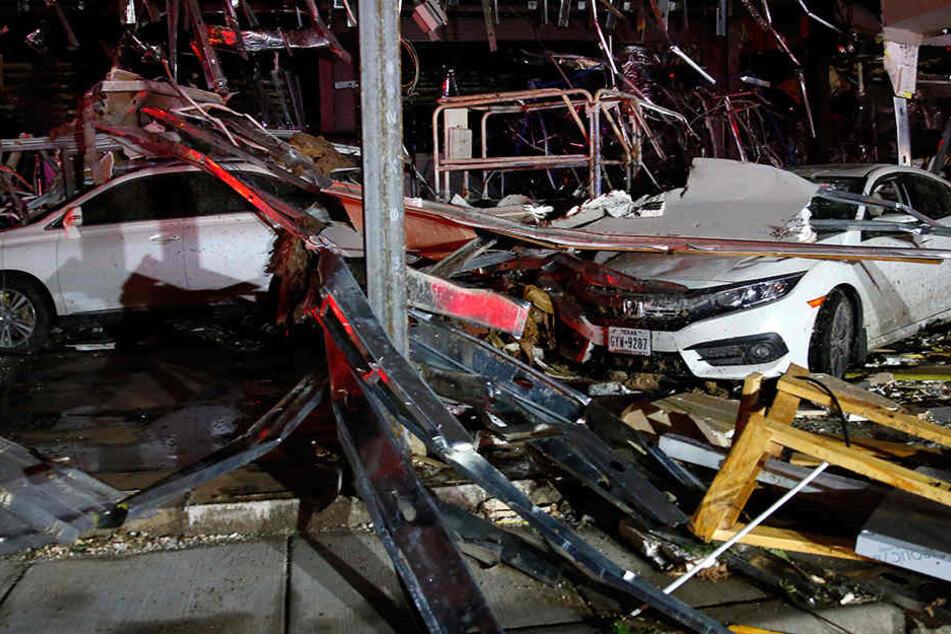 Zerstörte Autos am Samstag in Canton (Texas) nach einem Tornado - mehrere Tornados haben am Samstag Spuren der Verwüstung durch den Osten des US-Bundesstaats Texas gezogen.