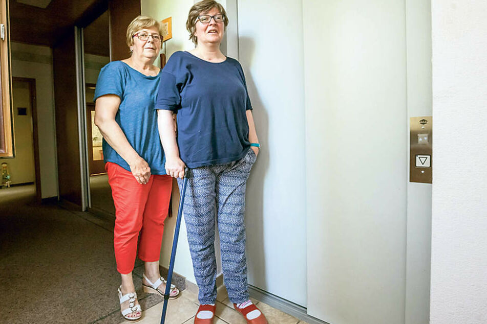 Mutter Beate Schwartz (66) mit Tochter Diana Schwartz (46) vor dem kaputten  Fahtstuhl. Die Reparatur muss die Familie nun selbst zahlen.