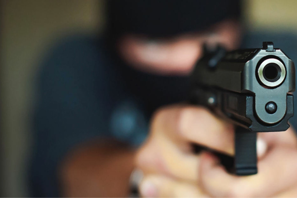 Aggressiver Räuber mit Pistole entkommt mit quietschenden Reifen