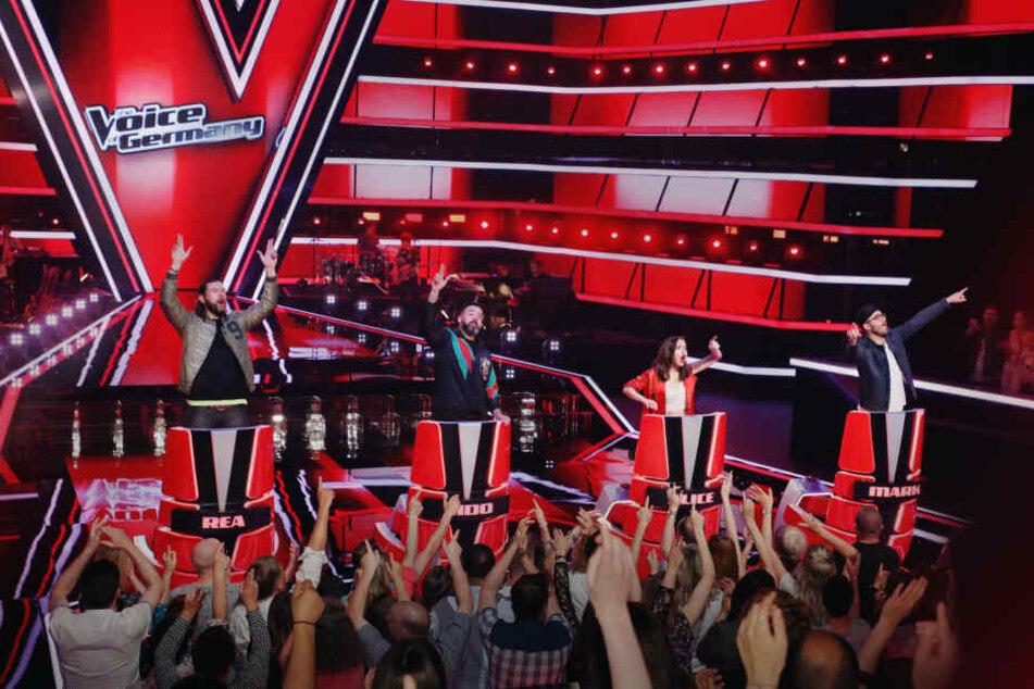 Wenn die Kandidaten überzeugen, haut die Jury auf den Buzzer! Dann drehen sich die roten Stühle zur Bühne.